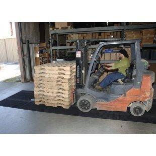 Wisser mat voor het reinigen van de wielen van vorkheftrucks