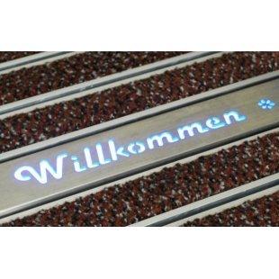 Beleuchtetes Profil mit Logo-Beschriftung auf der Aluminiummatte
